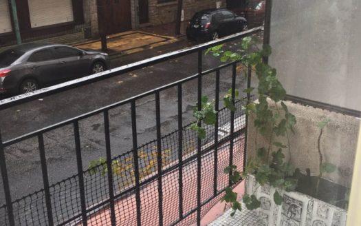 3 ambientes a la calle con balcon.