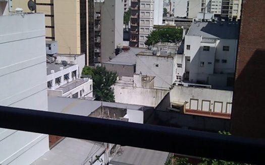 Amplio 2 Ambientes a la calle con balcon y calefaccion por aire (caldera a gas).