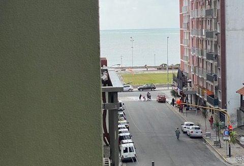 2 ambientes de categoria a la calle con balcon saliente y v/parcial al mar.